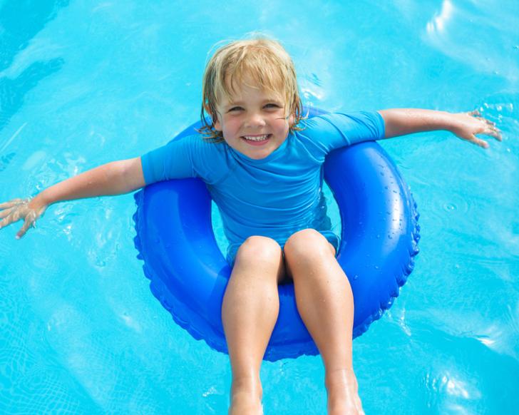 Des taches brunes apparaissent sur la piscine !